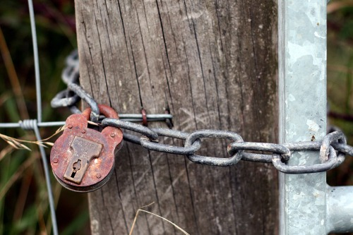 Bepton_padlocked_gate_on_a_south_downs_public_footpath
